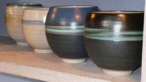 Teeschalen in verschiedenen Farben in einer Reihe