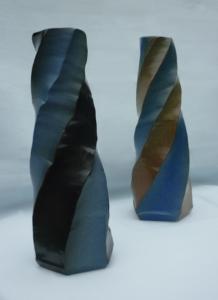 Zwei Vasen, zweifarbig und in Form geschnitten
