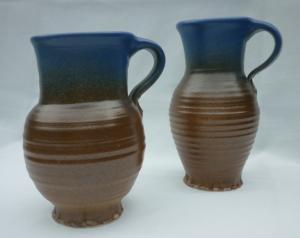 Zwei Krüge mit Farbverlauf in Braun-Blau