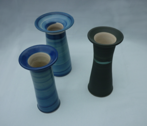 Drei Vasen mit breitem Rand