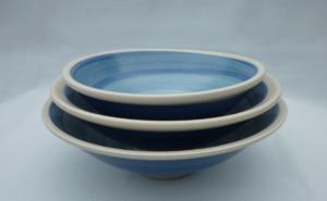 Drei Schüsseln zweifarbig blau mit hellem Rand, gestapelt
