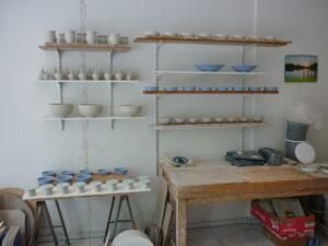 Rohlinge trocknen in der Werkstatt in Regalen