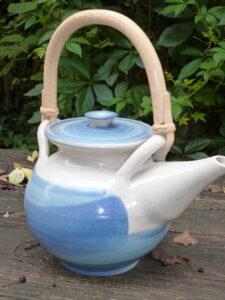 Teekanne in Blau und Creme